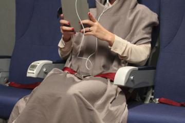 Tucker: Wearable Travel Blanket